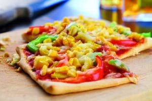 Vegane Pizza mit Mais und Paprika