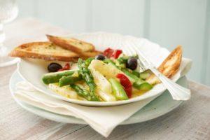 Veganer lauwarmer Spargelsalat