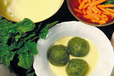 Vegane Spinatknödel und gestiftelte Möhren mit Selleriesoße