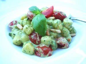 Gnocchetti mit Basilikumcreme, Zucchini und geschmolzenen Tomaten