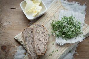 Butter mit Brot und Kresse