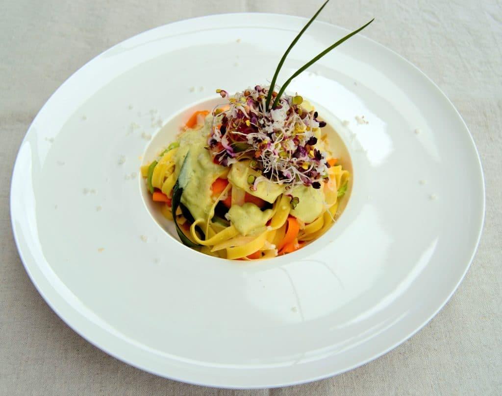 Tagliatelle mit Gemüsestreifen und Avocado-Limettensoße