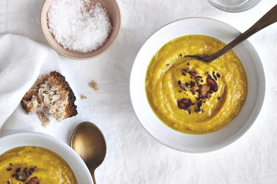 Cremige Möhren-Steckrüben-Suppe