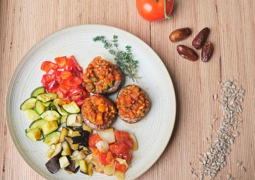Gefüllte Champignons mit Dinkel und Ofengemüse