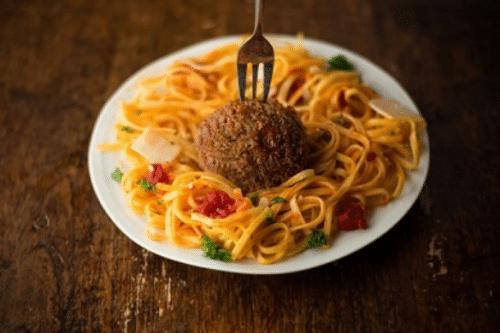 Spaghetti mit kultiviertem Fleischbällchen