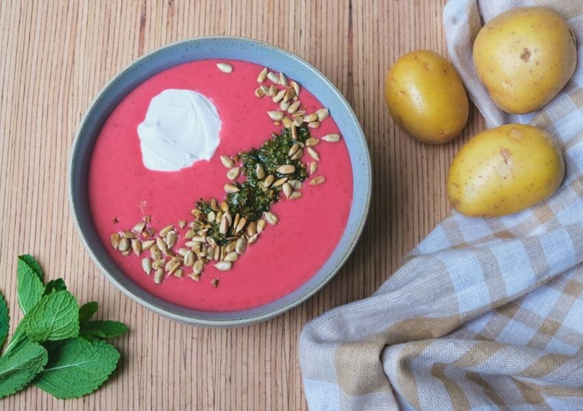 Rote-Bete-Suppe mit Minzpesto und veganem Sauerrahm