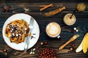Teller mit French Toast, Banane und Schokosoße