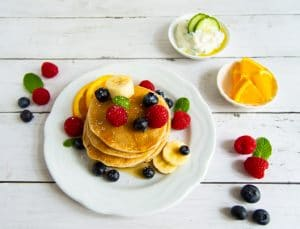 Buchweizen-Pancakes mit frischem Obst oder Zaziki