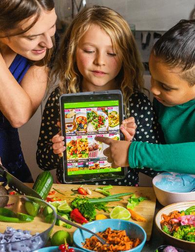 Frau und Kinder mit Veggie Challenge