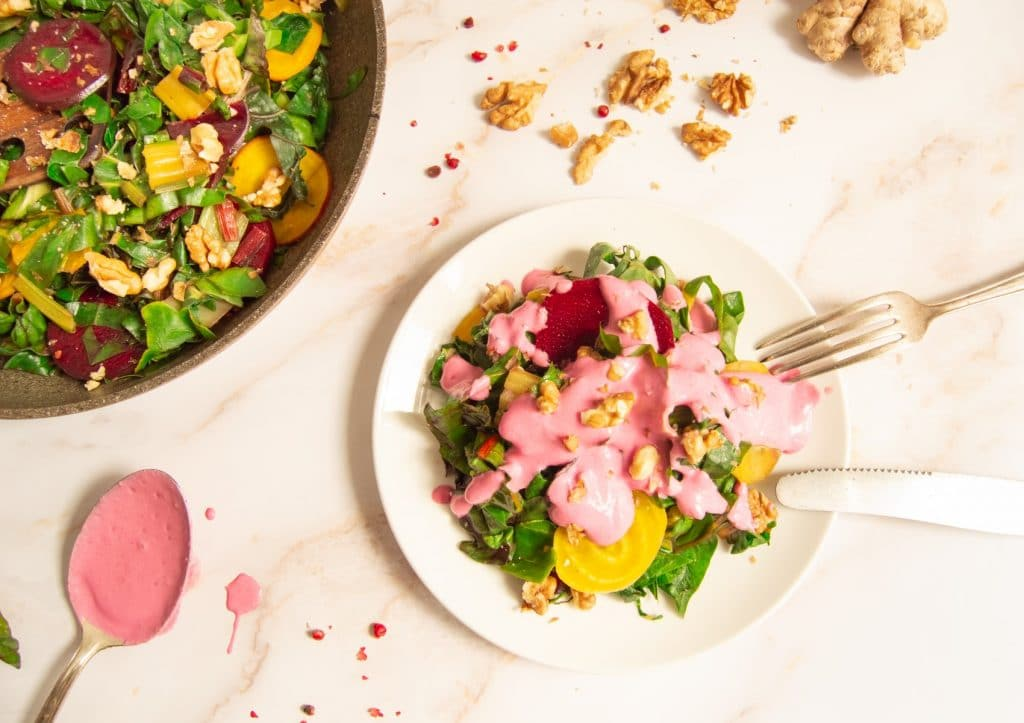 Warmer Mangold-Salat mit Walnüssen und Rote-Bete-Dressing