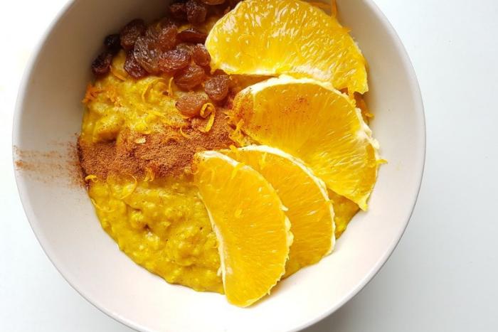 Havermout_ het voedzaamste vegan ontbijt - havermout, sinaasappel en rozijnen