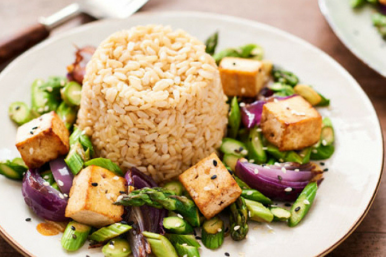 Zilvervliesrijst met groene asperges en tofu