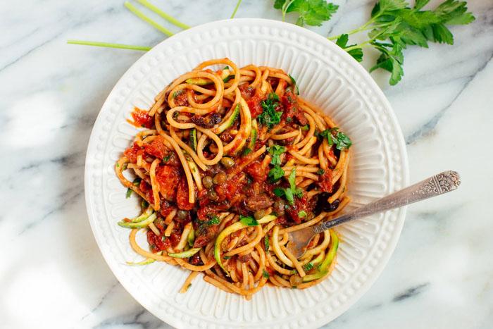 Vega recepten voor vleeseters: pasta puttanesca