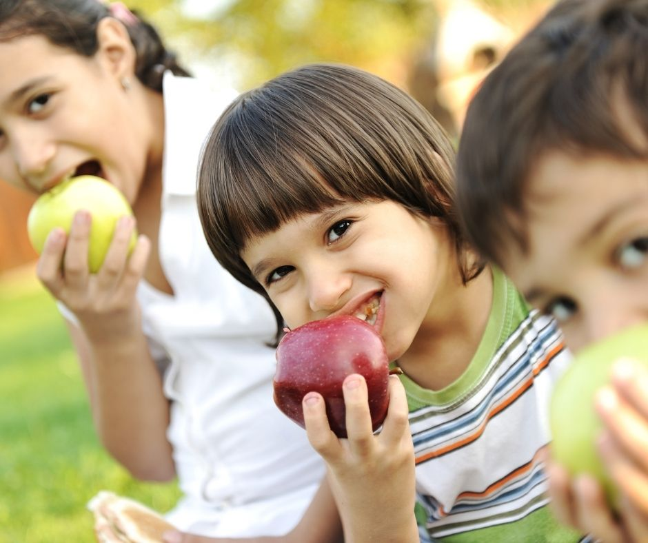 children eating apples